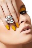 Modèle de mode, bijou de charme, renivellement et manucure Photo stock