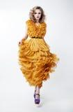 Modèle de mode blond de belle femme dans la robe jaune Image stock