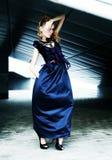 Modèle de mode dans la robe bleue - scène urbaine Photo libre de droits