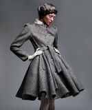 Modèle de mode dans le rétro habillement Images stock