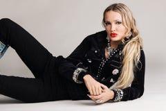 Modèle de mode dans le vêtement noir Photographie stock libre de droits