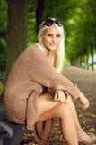Modèle de mode fascinant dans les tricots Photographie stock