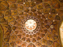 Modèle islamique sur la décoration de plafond en bois et de miroir dans Chehel Photos stock