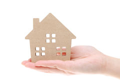 Modèle miniature de maison sur la main Photos libres de droits