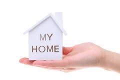 Modèle miniature de maison sur la main Photo stock