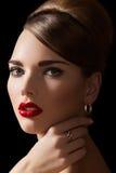 Modèle sexy avec le rétro renivellement, coiffure et bijou Photo stock