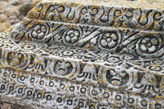 Modèle sur une colonne romaine chez Roman Carthage Antonine Bath, Tunisie Photographie stock