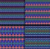 Modèle tribal ethnique de vecteur sans couture avec des chaînes des points et des cercles multicolores sur le fond bleu-foncé Photos libres de droits