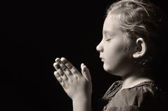 Modlenia dziecko. zdjęcie stock