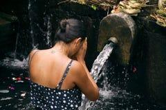 Modlenie kobieta przy świętej wody świątynią Obrazy Royalty Free