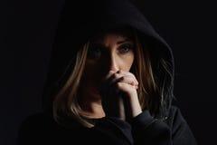 Modlenie kobieta w kapiszonie fotografia stock