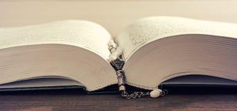 Modlenie koraliki i święty Koran Fotografia Royalty Free