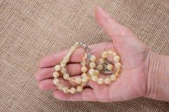 Modlenie koraliki pewny kolor w ręce fotografia royalty free
