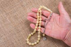 Modlenie koraliki pewny kolor w ręce obrazy royalty free