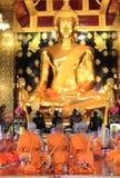 Modlenie michaelita przy Wata Phra Si Rattana Mahathat świątynią Wat Yai jest Obrazy Stock
