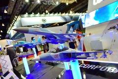 Modèles des combattants Mig-35 et Yak-130 d'UAC sur l'affichage à Singapour Airshow Photographie stock libre de droits