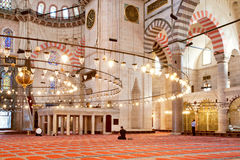 Modlić się ludzi w dziejowym wnętrzu famouse Suleymaniye meczet Zdjęcia Stock