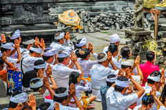 Modlić się ludzi w Pura Besakih świątyni, Bali, Indonezja Zdjęcia Stock