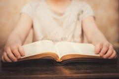 Modlić się ręki na Otwartej biblii Zdjęcie Royalty Free