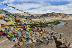 Modli się flaga z widokiem górskim Zdjęcie Royalty Free