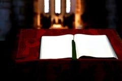 Modlitewna książka wśrodku kościół zdjęcia royalty free