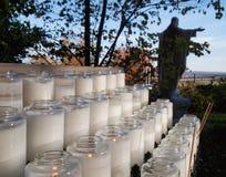 Modlitewne świeczki i wybawiciel Obrazy Royalty Free