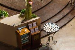 Modlitewne wotywne świeczki dla sprzedaży w kościół Obrazy Royalty Free
