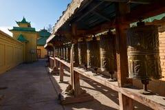 Modlitewni koła przy Gandantegchinlen monasterem w Ulaanbaatar obraz royalty free