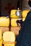 Modlitewny bęben wewnątrz obsługuje rękę przed yak masłem w sklepie Lhasa ulica w Tybet Fotografia Royalty Free