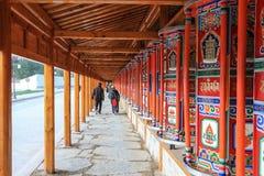 Modlitewny koło przy Labuleng świątynią, południe Gansu, Chiny zdjęcia stock