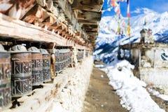 Modlitewny toczy wewnątrz wysokie himalaje góry, Nepal wioska Obrazy Stock