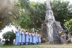 Modlitewny wierzący w świątyni w Laos zdjęcie stock