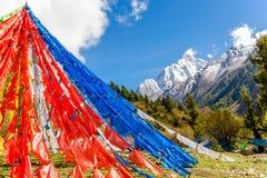Modlitw flaga przed Siguniang górą w prowincja sichuan obraz royalty free