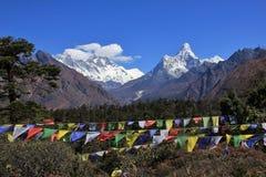 Modlitwa śnieg i flaga nakrywali góry Lhotse Dablam i Ama fotografia royalty free
