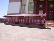 Modlitwa bębni w Buddyjskiej świątyni, Elista, południowy Rosja Each obracanie bęben bierze inną modlitwę niebo obraz royalty free