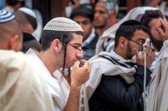 modlitwa Hasidim pielgrzymi w tradycyjnym odziewają Rosh brzęczeń Shana festiwal, Żydowski nowy rok obrazy royalty free