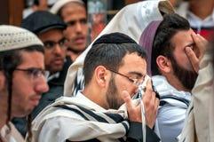 modlitwa Hasidim pielgrzymi w tradycyjnym odziewają Rosh brzęczeń Shana festiwal, Żydowski nowy rok obrazy stock