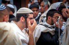 modlitwa Hasidim pielgrzymi w tradycyjnym odziewają Rosh brzęczeń Shana festiwal, Żydowski nowy rok zdjęcie stock