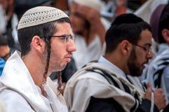 modlitwa Hasidim pielgrzymi w tradycyjnym odziewają Rosh brzęczeń Shana festiwal, Żydowski nowy rok zdjęcia stock