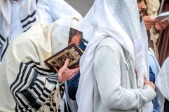 modlitwa Hasids pielgrzymi w tradycyjnym odziewają brzęczenie festiwal, Żydowski nowy rok zdjęcie stock