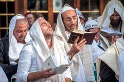 modlitwa Hasids pielgrzymi w tradycyjnym odziewają brzęczenie festiwal, Żydowski nowy rok fotografia royalty free