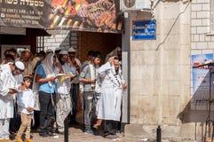 modlitwa Hasids pielgrzymi w tradycyjnym odziewają Tallith - żydowski tałes Rosh Hashanah, Żydowski nowy rok obraz royalty free