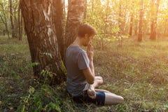 Modlitwa, joga, medytacja outdoors w lesie w świetle słonecznym obrazy royalty free