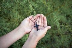 Modlitwa krzyż i ręki Spacer krzyż zdjęcie royalty free