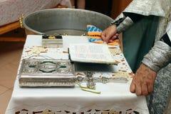 Modlitwa ksiądz z biblią i krzyżem obraz royalty free
