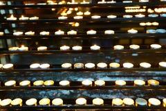 Modlitwa lub oferować świeczki iluminować obraz stock