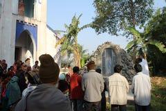 Modlitwa przed Nasz damą Lourdes kościół w Baidyapur, India obrazy stock