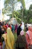Modlitwa przed Nasz damą Lourdes kościół w Baidyapur, India zdjęcia stock