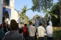Modlitwa przed Nasz damą Lourdes kościół w Baidyapur, India zdjęcia royalty free