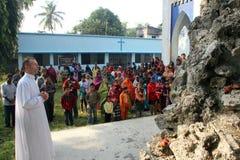 Modlitwa przed Nasz damą Lourdes kościół w Baidyapur, India obraz royalty free